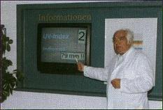Prof. Blau (Zingst) vor einem Monitor mit aktuellen meteorologischen Informationen (BioMonitor)