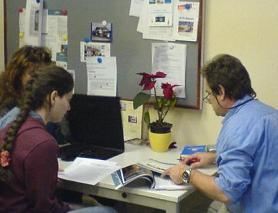 Sara-Maria Gerber in der Fachsimpelei mit dem Meteorologen Dr. Stiller ...