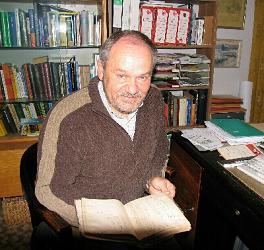 Blättern in alten Dokumenten: Hans Steinhagen hat wertvolles Material im Nachlass von Max Robitzsch entdeckt. Foto: MOZ/Stoff